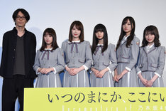 左から岩下力、与田祐希、高山一実、齋藤飛鳥、梅澤美波、秋元真夏。