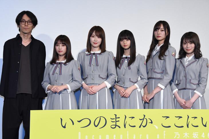 左から岩下力監督、与田祐希、高山一実、齋藤飛鳥、梅澤美波、秋元真夏。
