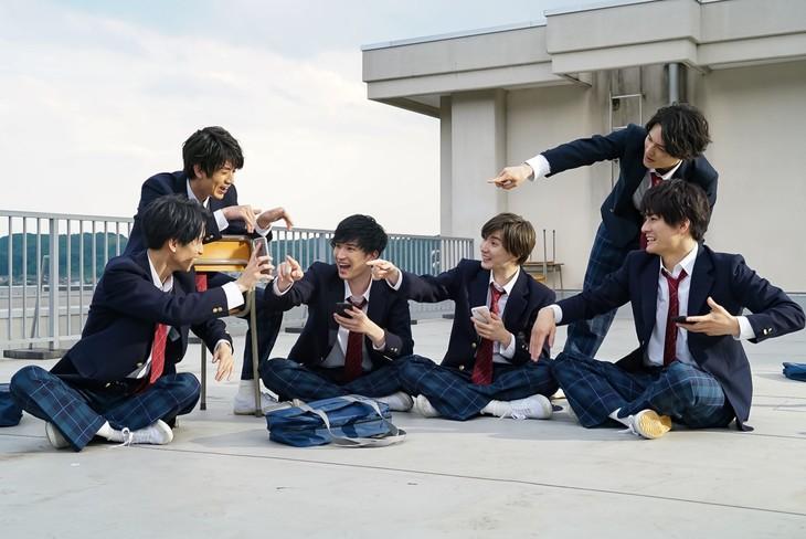 SixTONESが出演する「モンスターストライク」新テレビCM「こいつらまちがいない」編キービジュアル。