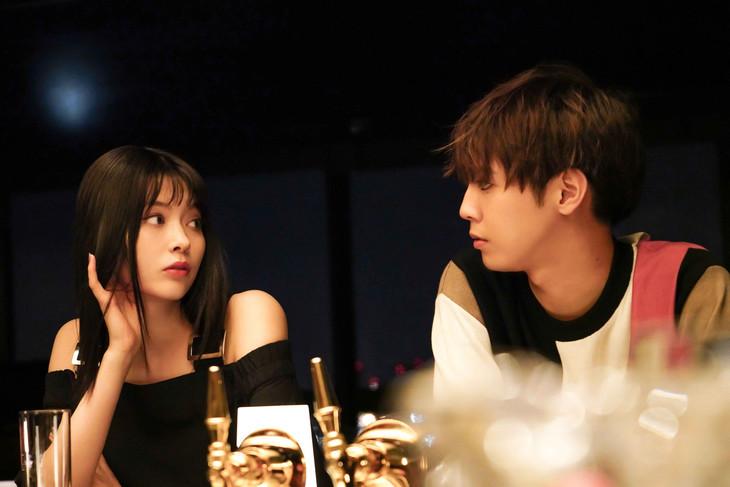 左から柊(八木アリサ)、綾瀬楓(片寄涼太)。(c)2019映画『午前0時、キスしに来てよ』製作委員会