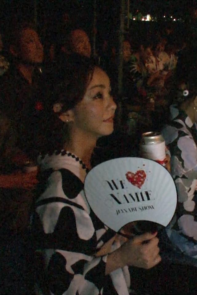 「WE ▼ NAMIE HANABI SHOW」を鑑賞する安室奈美恵(2018年の様子)。