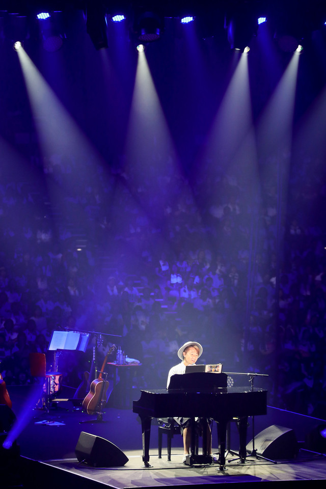 ピアノを弾くナオト・インティライミ。(撮影:樋渡新一、日隈天明)
