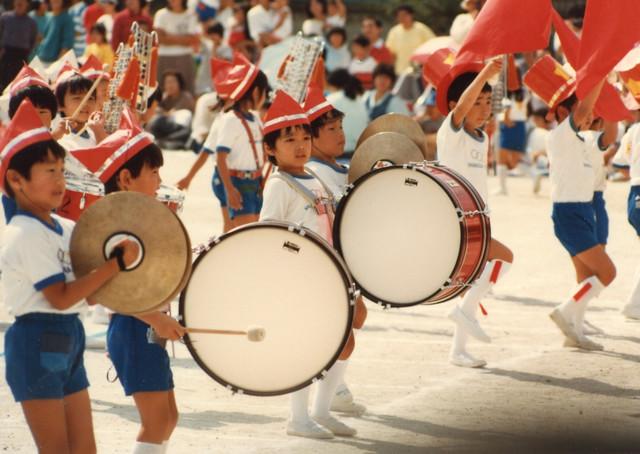 幼少期の写真。写真中央の大太鼓を叩いている少年が鳥居。(写真提供:鳥居洋介)