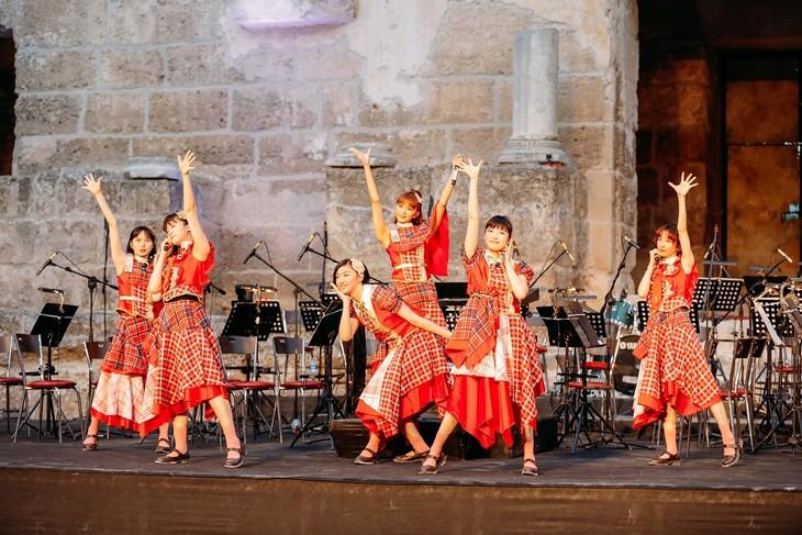 トルコ共和国のアスペンドス古代遺跡でライブを行う私立恵比寿中学。