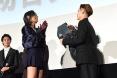 窪田正孝(右)に花束を手渡すアヴちゃん(女王蜂 / 左)。