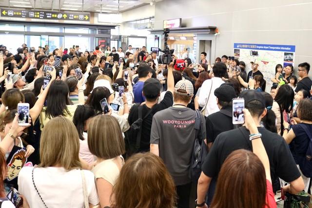松山空港で登坂広臣を囲むファン。