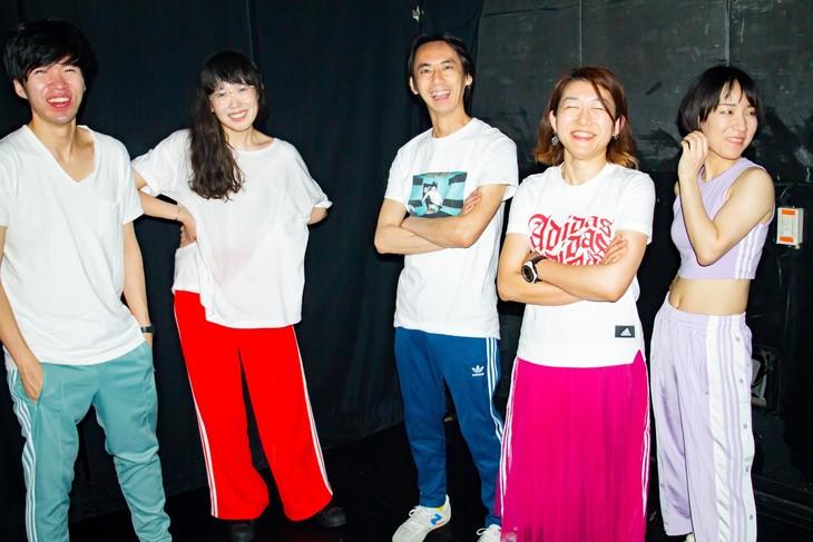 柴田聡子inFIRE。左から岡田拓郎(G)、柴田聡子(Vo, G)、イトケン(Dr)、かわいしのぶ(B)、ラミ子(Cho, Perc)。