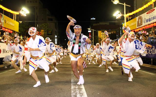 「徳島市阿波おどり」での娯茶平の男踊り。(写真提供:徳島市)