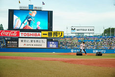 オーイシマサヨシによる「Hero」歌唱の様子。(写真提供:ポニーキャニオン)
