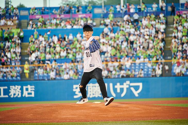 白球を投げるオーイシマサヨシ。(写真提供:ポニーキャニオン)