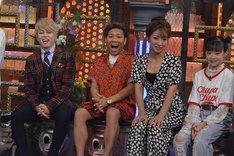 左から西川貴教、MICRO(HOME MADE 家族)、辻希美、Hinata。(c)読売テレビ