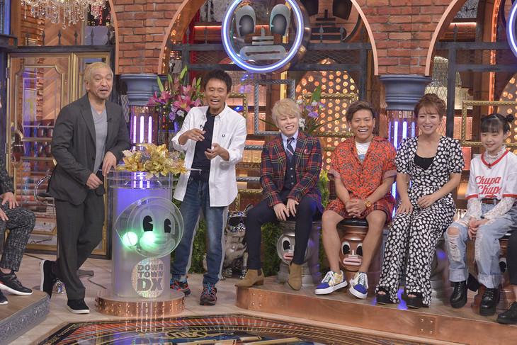 左からダウンタウン、西川貴教、MICRO(HOME MADE 家族)、辻希美、Hinata。(c)読売テレビ