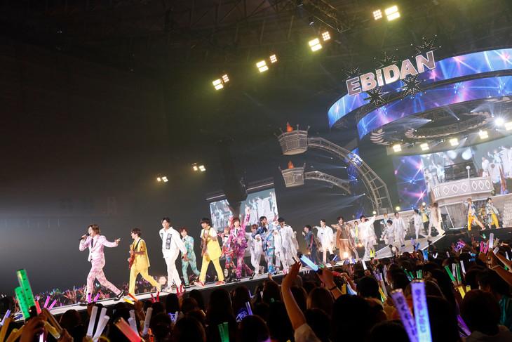 タカシ(左端 / 超特急)を筆頭に「New day! New wave!」を歌いながら行進するEBiDANメンバー。