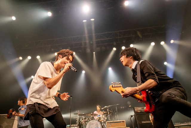 前方左から金井政人(BIGMAMA)、斎藤宏介(UNISON SQUARE GARDEN)。(Photo by Viola Kam[V'z Twinkle])