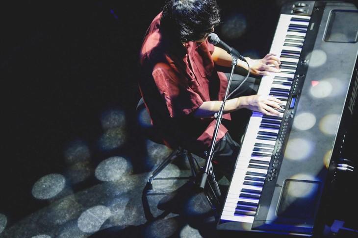 ピアノ弾き語りを披露する石崎ひゅーい。(撮影:鈴木友莉)