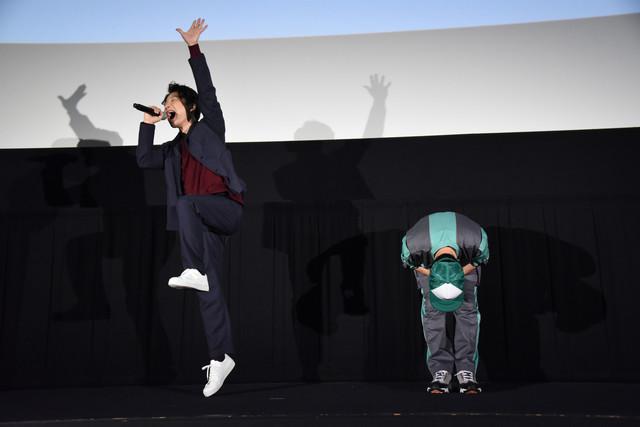 藤井隆(右)の登場に喜びが隠しきれず跳び上がる星野源(左)。