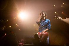 ステージ上のボックスに座り「マジェスティック」を歌唱する稲葉浩志(Vo)。(写真提供:VERMILLION RECORDS)