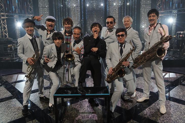 東京スカパラダイスオーケストラと高橋一生(中央)。(写真提供:NHK)