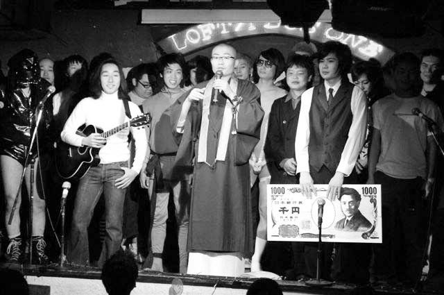 2005年、第2回世界キワモノ演芸の優勝者は平成ノブシコブシ吉村。賞金は一千円。吉村のプロフィールにも賞歴として載っている。(写真提供:マンスリーよしもと)