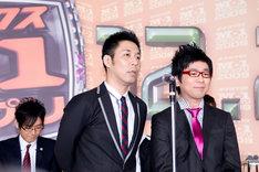 漫才日本一に輝いたパンクブーブー。左が佐藤哲夫、右が黒瀬純。