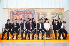 ステージに出そろった決勝進出者8組。