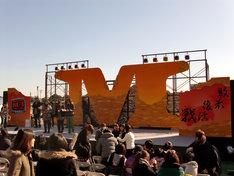 開演前のステージの様子。この日の大井競馬場は晴天に恵まれた。