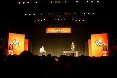 「キングオブコント2010」準決勝1日目ステージの様子。写真はトット。