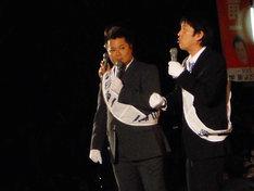 大阪・ひらかたパークにて行われた「ひらパー兄さん選挙 開票ライブ」に登場した、小杉候補と吉田候補。