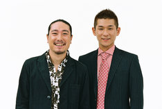 「夢の求人2011」プロジェクトで、採用者1名と「笑い飯弁当」を共同プロデュースする笑い飯。(c)吉本興業