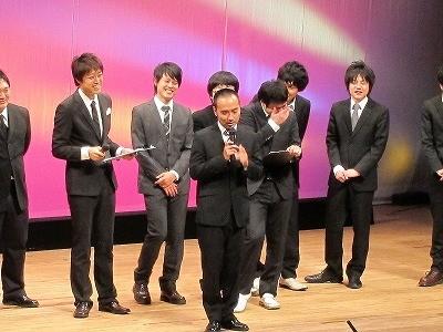三拍子・高倉が打ち上げの場所を発表したことを謝罪するHi-Hi・岩崎。某歌舞伎俳優の謝罪会見を真似たがまったく似ていなかったため、流れ星・瀧上が謝ることに。無謀にも瀧上も同じモノマネを披露しようとした。