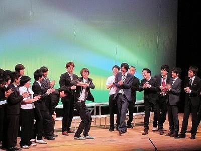 なかのZERO小ホールにて行われたイベントライブ「FKD48 2nd LIVE~躍動~ 総選挙&春の新ネタ祭り」。総選挙の結果見事センターに選ばれた磁石・永沢はドラマ「マルモのおきて」のダンスを披露。