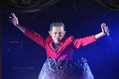 奇跡の特殊メイクと特異なパフォーマンスで日本中を震撼させた「トシムリン」こと劇団ひとり。DVD「芸人マジ歌選手権ビッグバン」でその勇姿を目撃できる。(c)テレビ東京