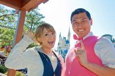 情報バラエティ番組「東京ディズニーリゾート My マップ!」MCの矢口真里(左)と、新パートナーのオードリー春日(右)。(c)Disney