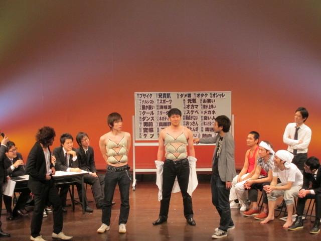 森田と山本はスケベ対決。ブラジャー早はずしのモデルは玉城と松原。