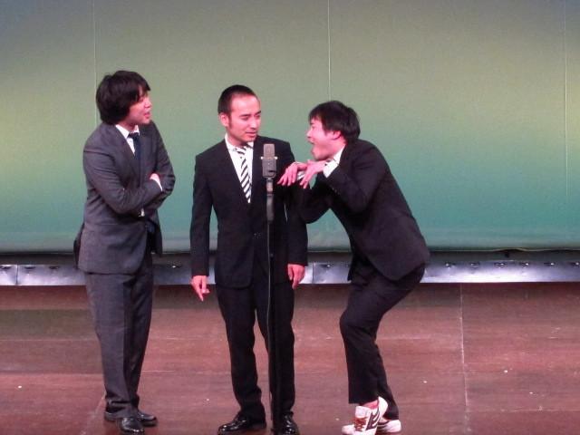ツッコミのかもめんたる・う大と、ボケのトップリード和賀、オジオズ高松のトリオ漫才。「友達の作り方」というテーマでう大がいじり倒された。