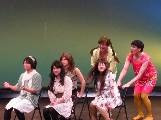 新妻、瀧上、槙尾、篠宮、下池、玉城のおなじみ女子会コント。6人はドライブへ。