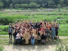 レイザーラモンRG、ザ・プラン9・浅越ゴエ参加の「RGが大学時代を過ごした京都をあるあるを歌いながら巡るミステリーバスツアー」集合写真。金八先生バージョン。