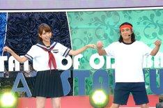 ミタパン(左)とともに踊るプー&ムー・おたこぷー(右)。