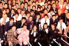 「日清食品 THE MANZAI 2012 年間最強漫才師決定トーナメント」で決勝大会のMCを務めるナインティナイン(前列中央)と漫才師達。