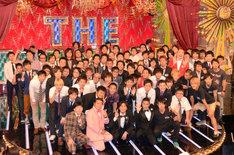 「THE MANZAI 2012 認定漫才師」に選ばれた芸人50組と、決勝戦の司会を務めるナインティナイン(前列中央)。
