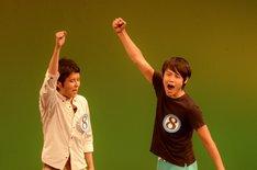 「FKD48 企画 LIVE ~一心同体~」の「真夏の即興ネタトーナメント」で優勝が決定した瞬間のオジンオズボーン篠宮(右)とダブルブッキング川元(左)。