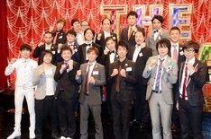 「THE MANZAI 2012」決勝大会へ向けて行われた記者取材会に登場した芸人達。2段目中央は決勝大会でMCを務めるナインティナイン。