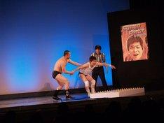 2013年2月に行われた「スーパーファイトin狂斗戯怨~ポン太vsRGストリートファイトデスマッチ実況 解説浅越ゴエ~』」の様子。