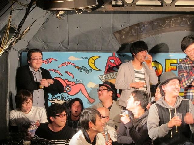 FKD48の秋元先生ことタイムマシーン3号・関も、後方から総選挙開催の発表を見守った。
