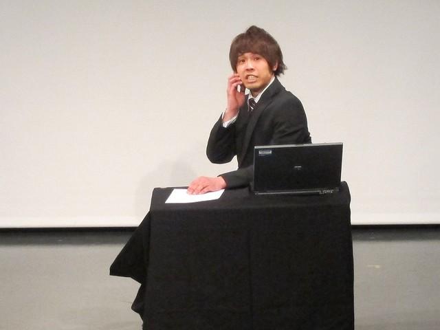 会社の同僚・和田に電話をする金井。しかし電車に乗っていて折り返すという。