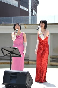 「SMASH」の主題歌「Beautiful」を披露する阿佐ヶ谷姉妹。