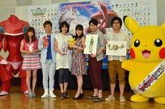 ポケモン映画のアフレコ会見に出席した(左から)中川翔子、山寺宏一、高島礼子、前田敦子、平成ノブシコブシ。着ぐるみの赤いゲノセクト(左端)と、ピカチュウ(右端)も登場した。