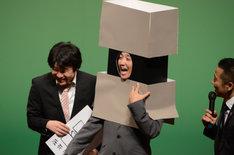 ダブルブッキング黒田扮する圧死ちゃんは「アッシッシ」と笑う。