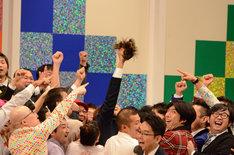 ししょ組に勝利したわか組の面々。高々とカツラを掲げるのはリーダーのナイツ塙。