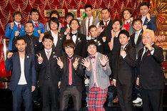 「THE MANZAI 2013」決勝戦進出者発表会見に出席した漫才師9組とMCのナインティナイン。
